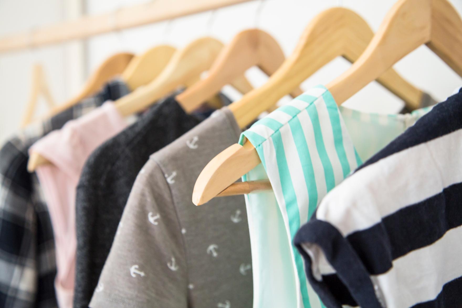 Vamos de organização? Dicas de como organizar as roupas em um armário pequeno.